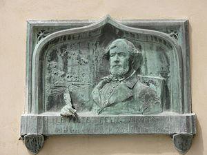 Placa em homenagem ao poeta na casa em que ele nasceu , em Paris.